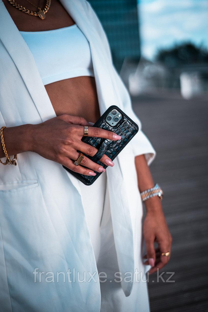Чехол для телефона iPhone 12 Pro Max с ремешком-держателем Croco чёрный - фото 9