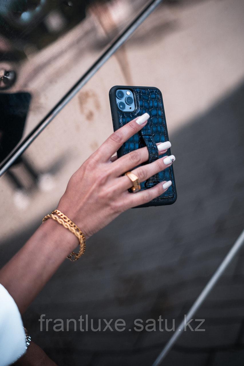 Чехол для телефона iPhone 12 Pro Max с ремешком-держателем синий - фото 3