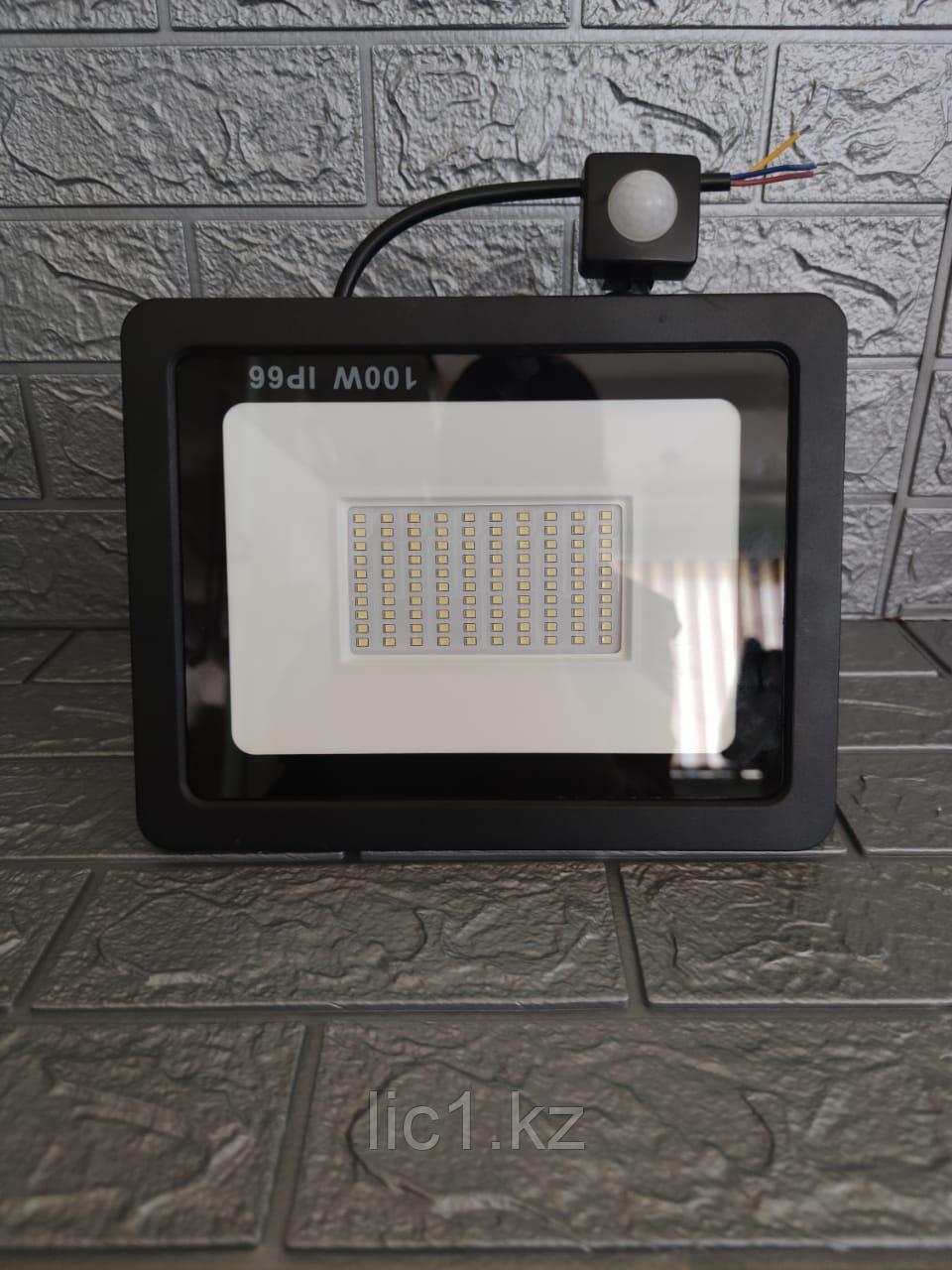 Прожектор светодиодный F 7d с датчиком движения 100 Вт