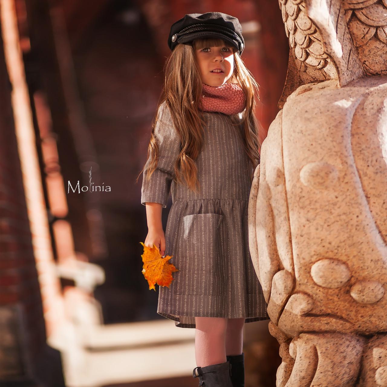 Льняное детское свободное платье с карманами в сером цвете - фото 2