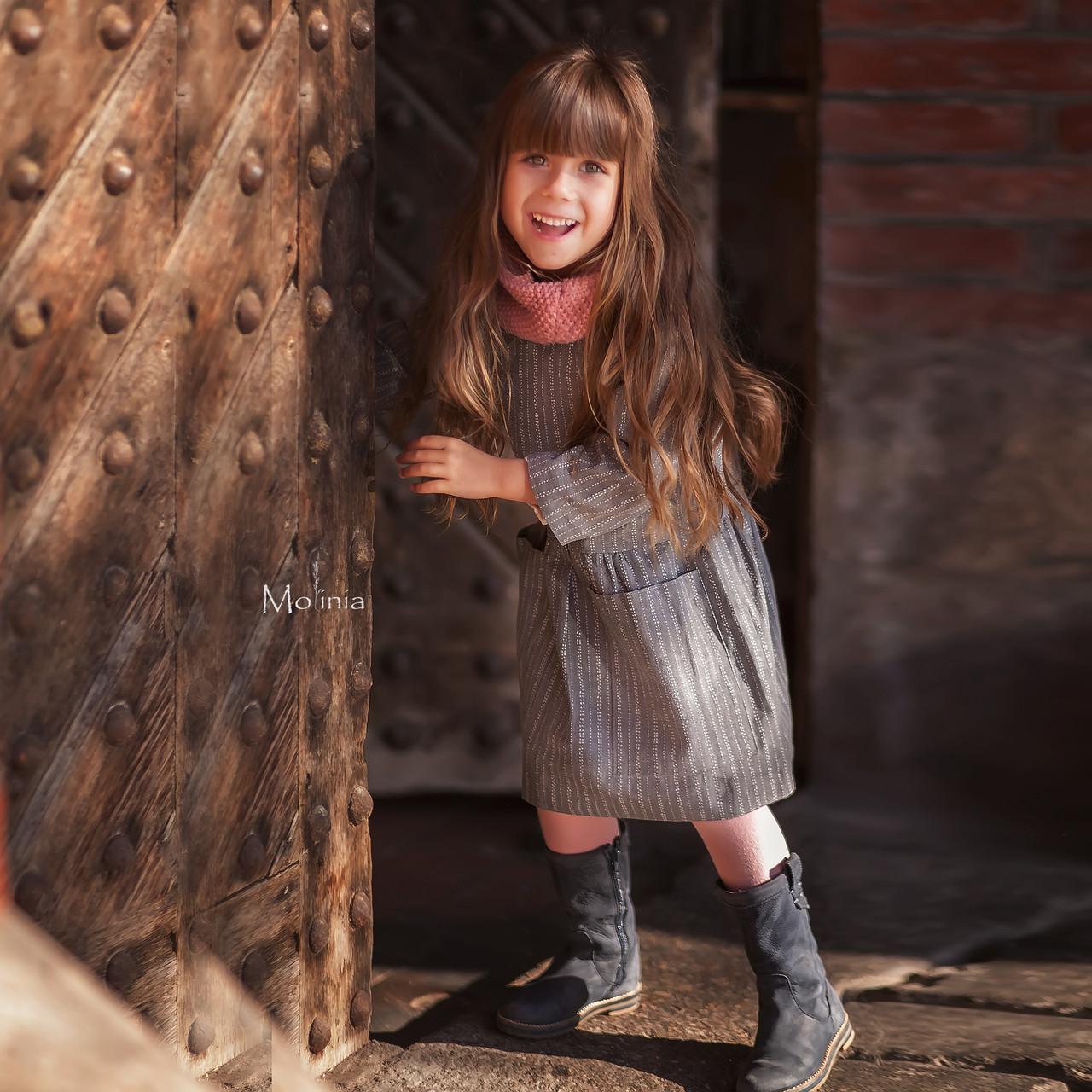 Льняное детское свободное платье с карманами в сером цвете - фото 3