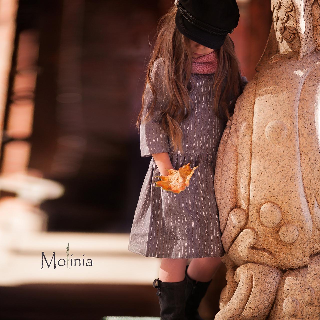 Льняное детское свободное платье с карманами в сером цвете - фото 4