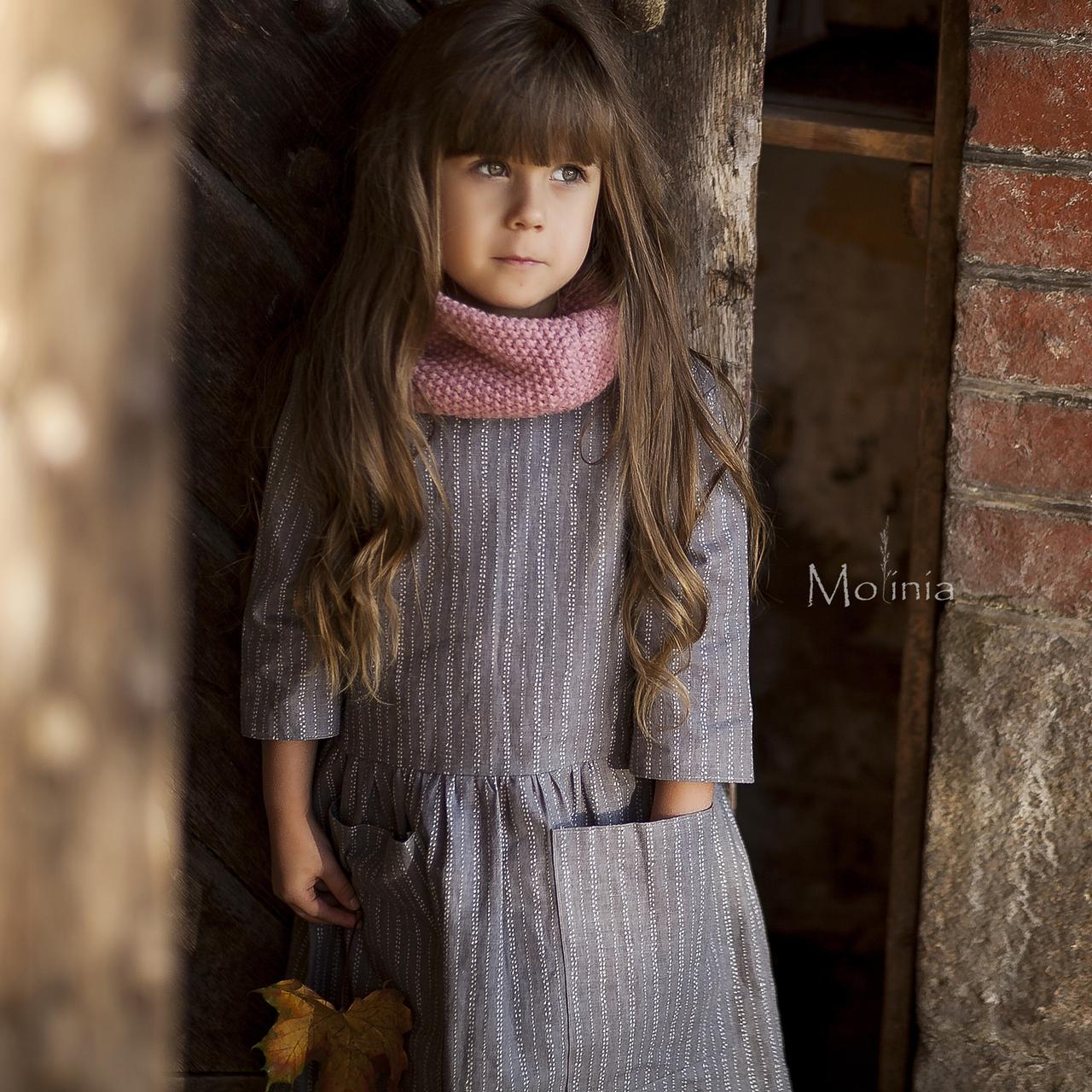 Льняное детское свободное платье с карманами в сером цвете - фото 1