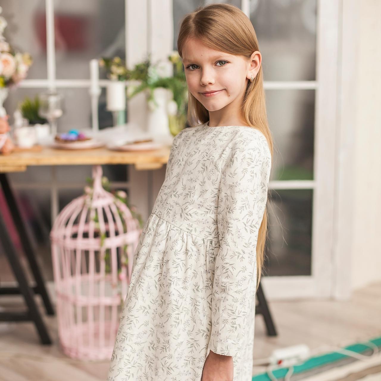 Льняное детское свободное платье в белом цвете с растительным принтом (лаванда) - фото 1