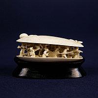 Двустворчатая раковина с миниатюрами внутри. Слоновая кость.