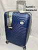 """Средний пластиковый дорожный чемодан на 4-х колесах""""DELONG"""".Высота 67 см, ширина 42 см, глубина 26 см."""