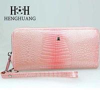 Кошелек женский глянцевый с тиснением «Крокодил» с лаковым напылением в подарочной упаковке (Светло-розовый)