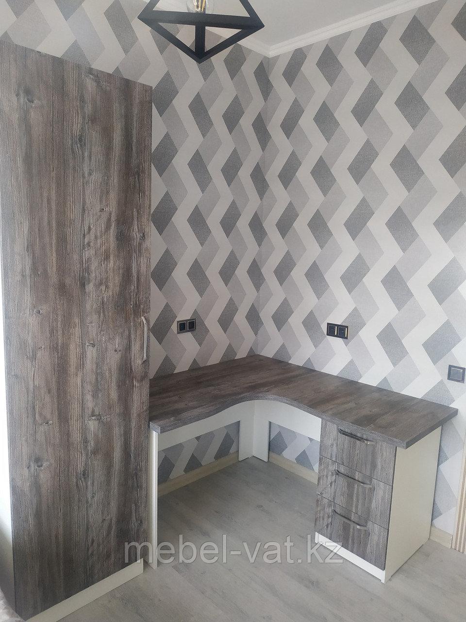 Угловой стол и шкаф