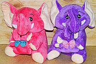 Слон держит слоника 25см однотонный (разные цвета)