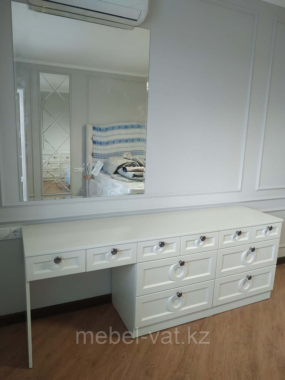 Спальный гарнитур: шкаф, стол-комод, тумбочки