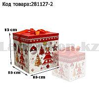 Подарочная коробка M(15х15х15) квадратная в новогодней тематике белого цвета с красной лентой елочные игрушки