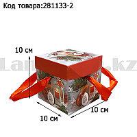 Подарочная коробка S(10х10х10) квадратная в новогодней тематике с красными лентами-ручками свеча игрушки