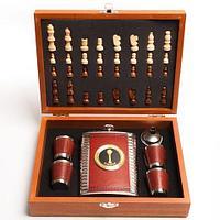 """Подарочный набор: шахматы, фляжка, рюмки «Великий комбинатор» в деревянном кейсе (""""Байтерек"""")"""