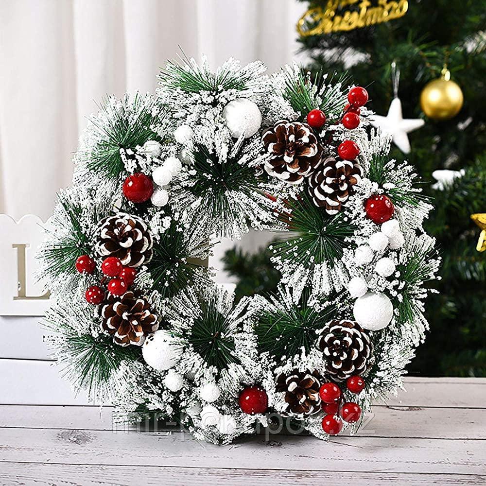 Венок рождественский с шишками и ягодами