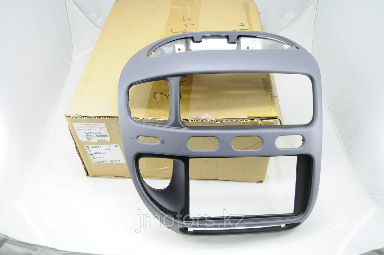 Продам панель вокруг магнитолы MMC Delica PE8W PD6W MR720570