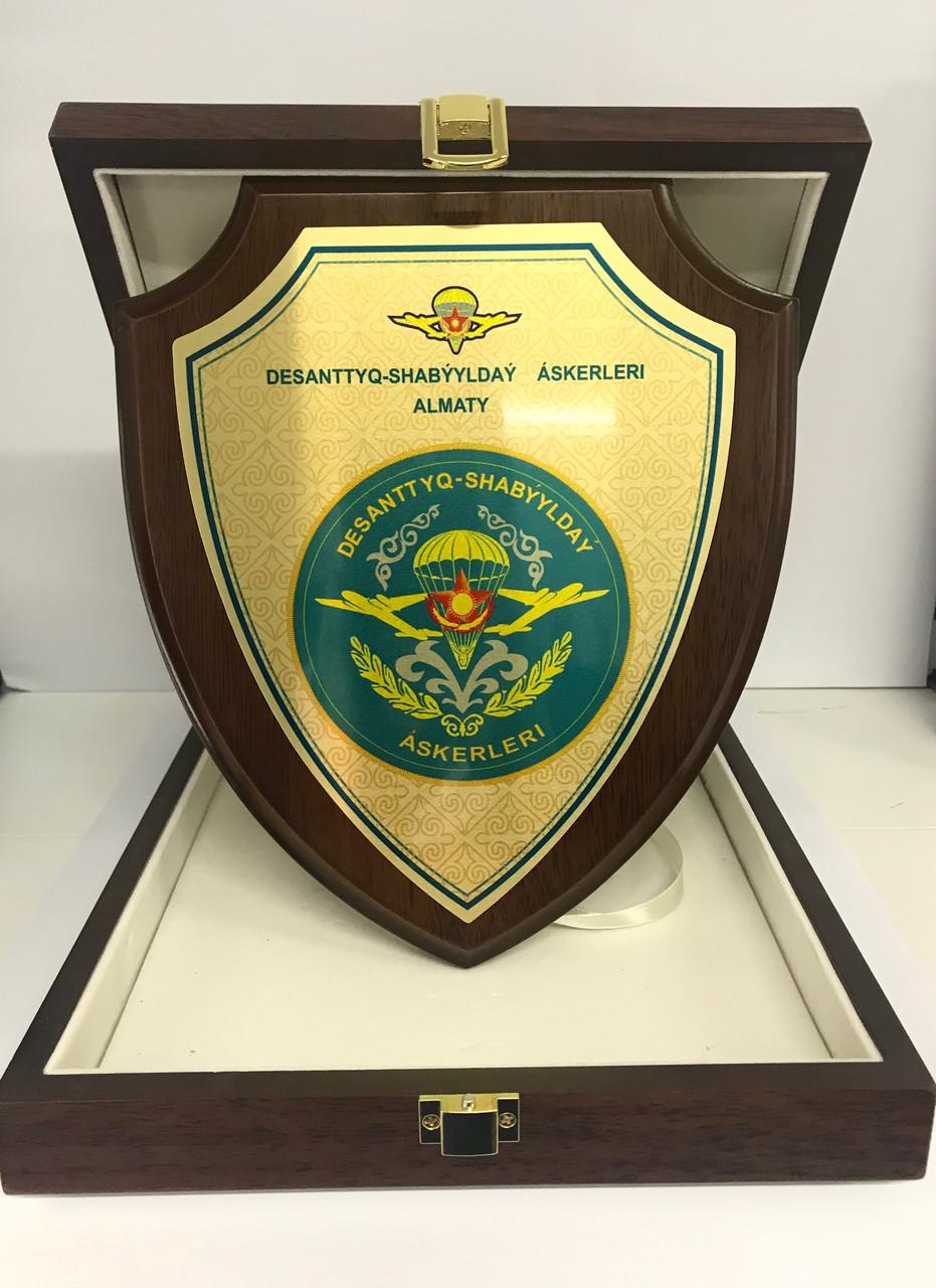 Плакетка наградная в подарочном футляре ЩИТ (20х25см) каштан матовый