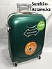 """Средний пластиковый дорожный чемодан на 4-х колесах""""Longstar"""".Высота 63 см, ширина 41 см, глубина 25 см."""