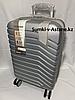 """Маленький пластиковый дорожный чемодан на 4-х колесах""""Delong"""". Высота 56 см, ширина 35 см, глубина 24 см."""