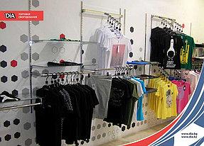 Металлическая навесная конструкция и торговые стойки для одежды позволяют красиво и действенно разместить большое количество товара. Металлические элементы прочны, что гарантирует их сохранность при увеличении выставляемой продукции.