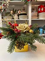 Новогодняя композиция ,кашпо керамическое, цвет золото и красный, материал искусственные ветви ели и декор