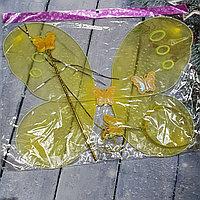 Желтые крылья бабочки с палочкой и ободком