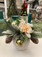 Новогодняя композиция, в бежевом цвете, в белом керамическом кашпо