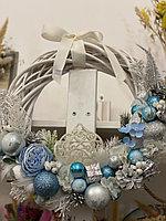 Новогодний венок ,основа натуральная лоза, основной цвет голубой диаметр 35 см
