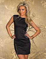 Черное платье с кожаными вставками декорированно замком