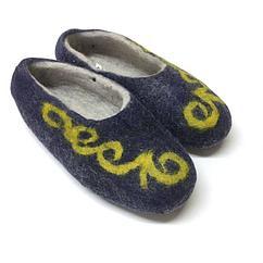Тапочки из натурального войлока с казахскими орнаментами.