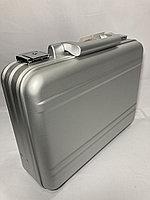 Алюминиевый кейс-атташе.Высота 29 см, ширина 37,5 см, глубина 11,5 см.