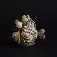 Окимоно «девочка на рыбе тай» Символизирует целеустремленность, упорство и удачу.
