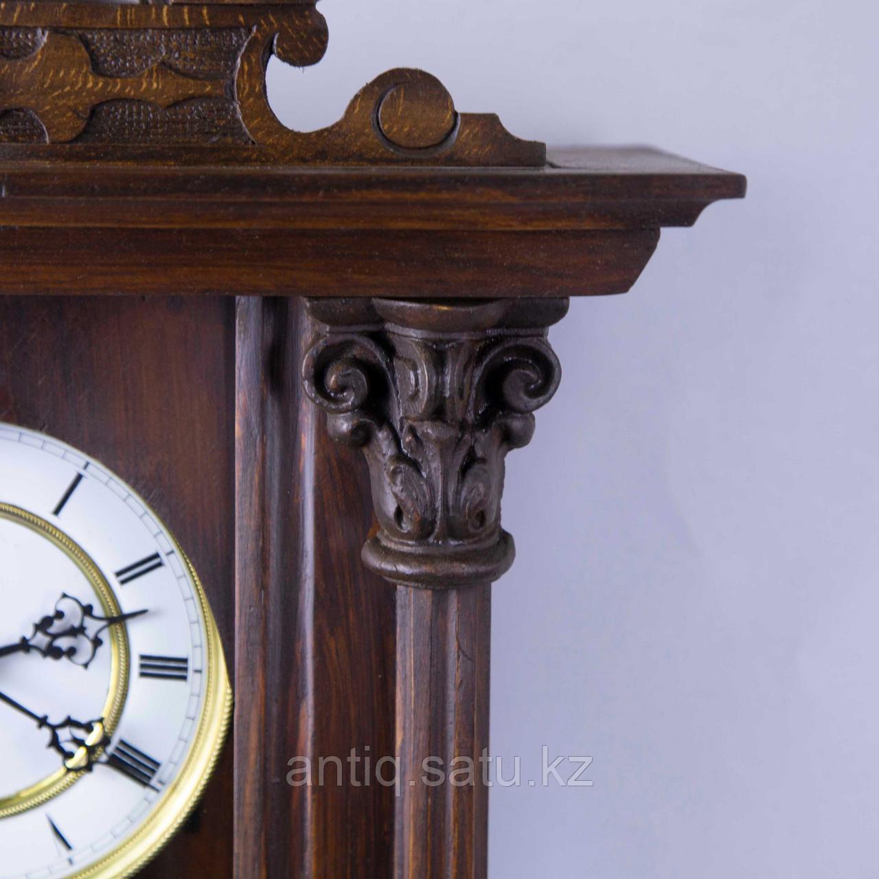 Настенные часы в корпусе классической формы, выполненные из массива дерева. - фото 4