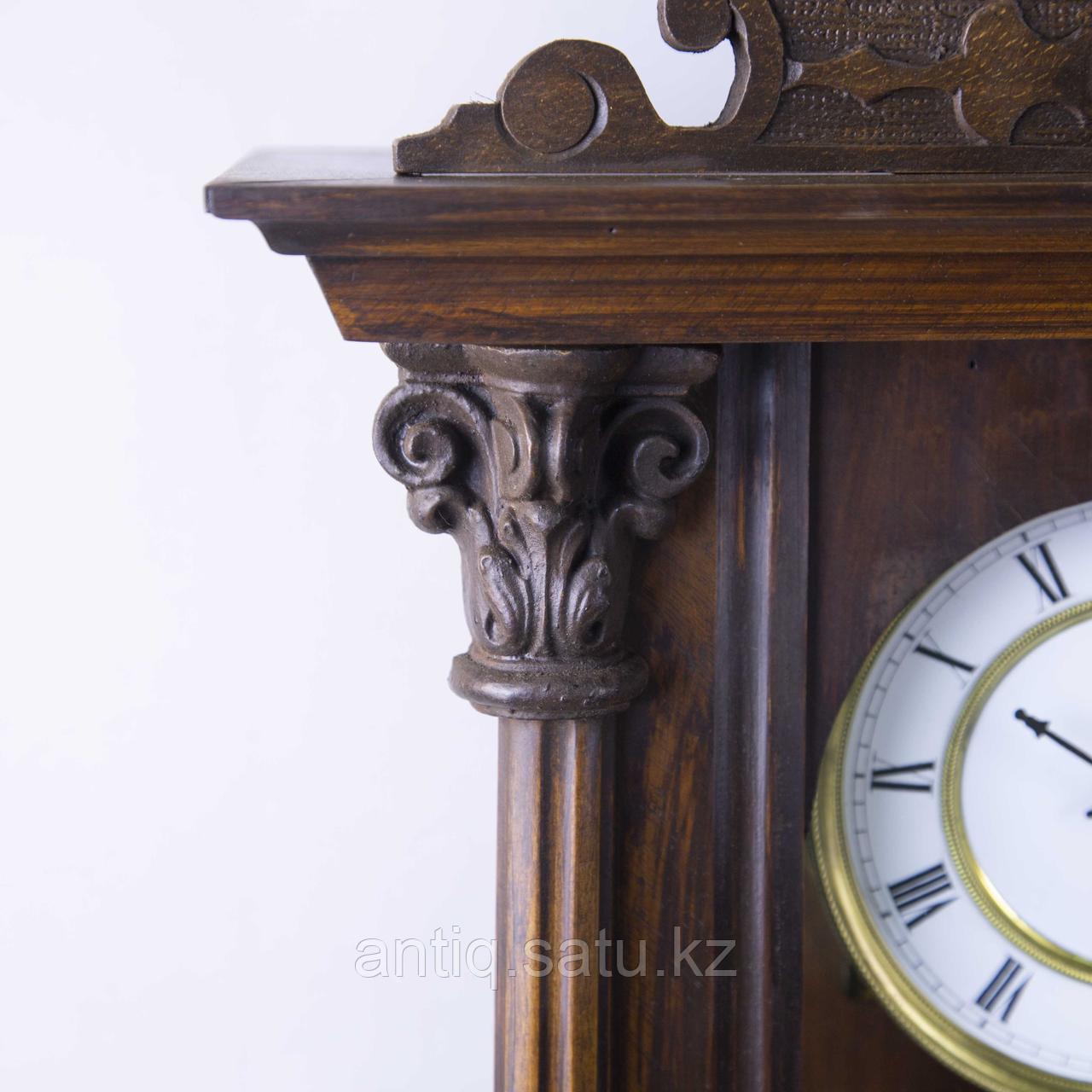 Настенные часы в корпусе классической формы, выполненные из массива дерева. - фото 3