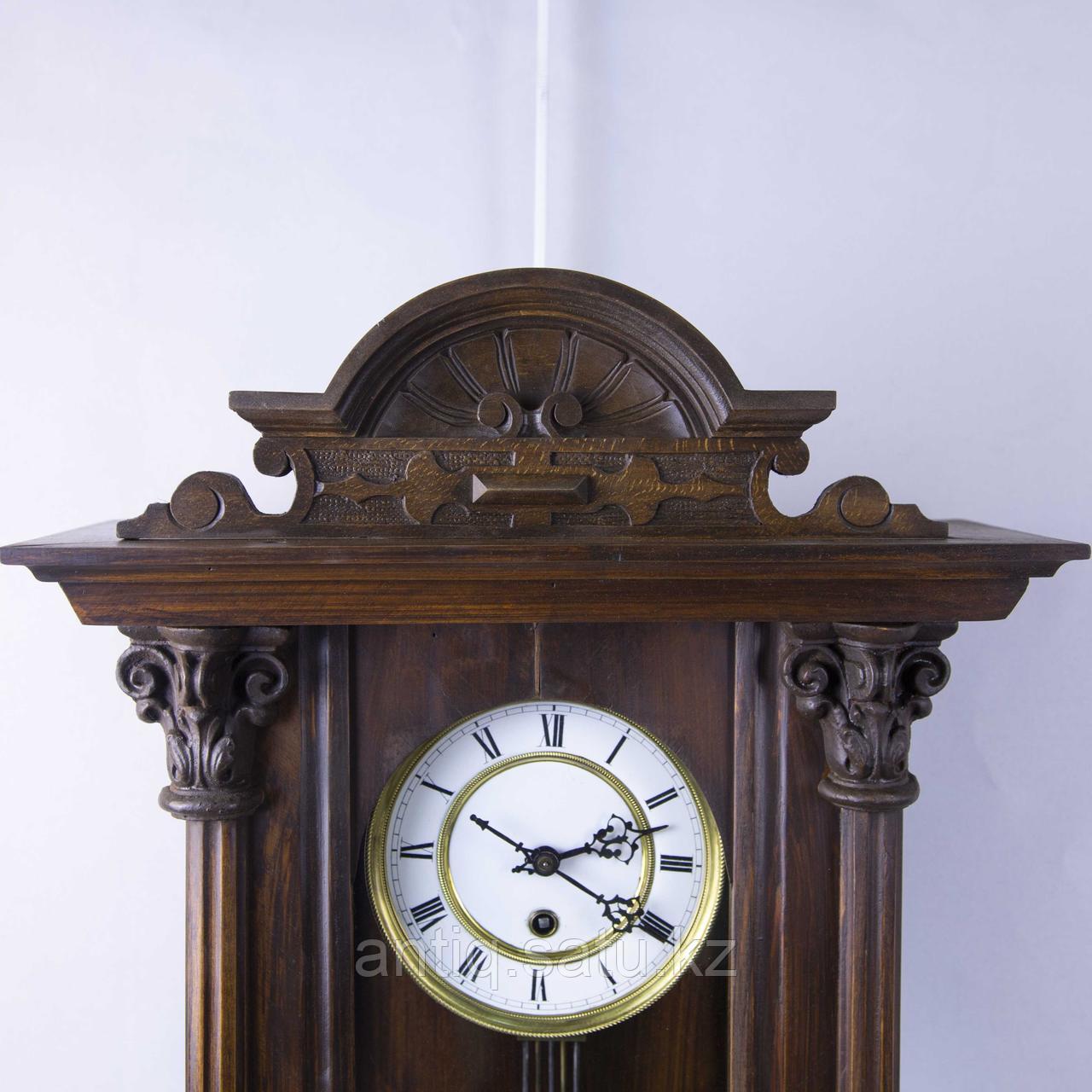 Настенные часы в корпусе классической формы, выполненные из массива дерева. - фото 2