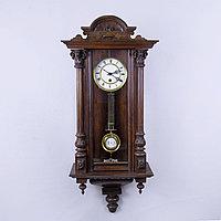 Настенные часы в корпусе классической формы, выполненные из массива дерева.