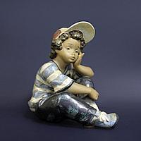 Задумчивый мальчик. Фарфоровая мануфактура Lladro Испания. 1990 год.