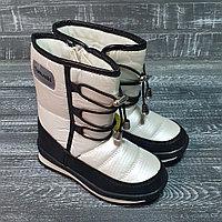 Сапоги белые на черных шнурках