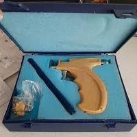 Профессиональный пистолет для прокалывания мочки уха и пирсинга