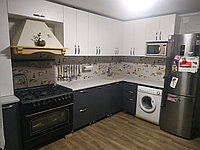 Угловая кухня. Черно-белая