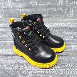Ботинки черные с желтой подошвой