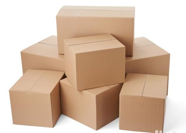 Большие новые картонные коробки для переезда и транспортировки вещей.