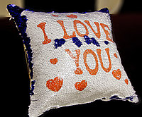 Подушки из ткани с пайетками