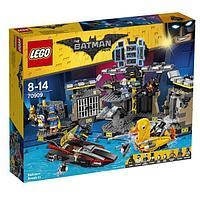 LEGO Игрушка LEGO ЛЕГО Фильм: Бэтмен Нападение на Бэтпещеру -