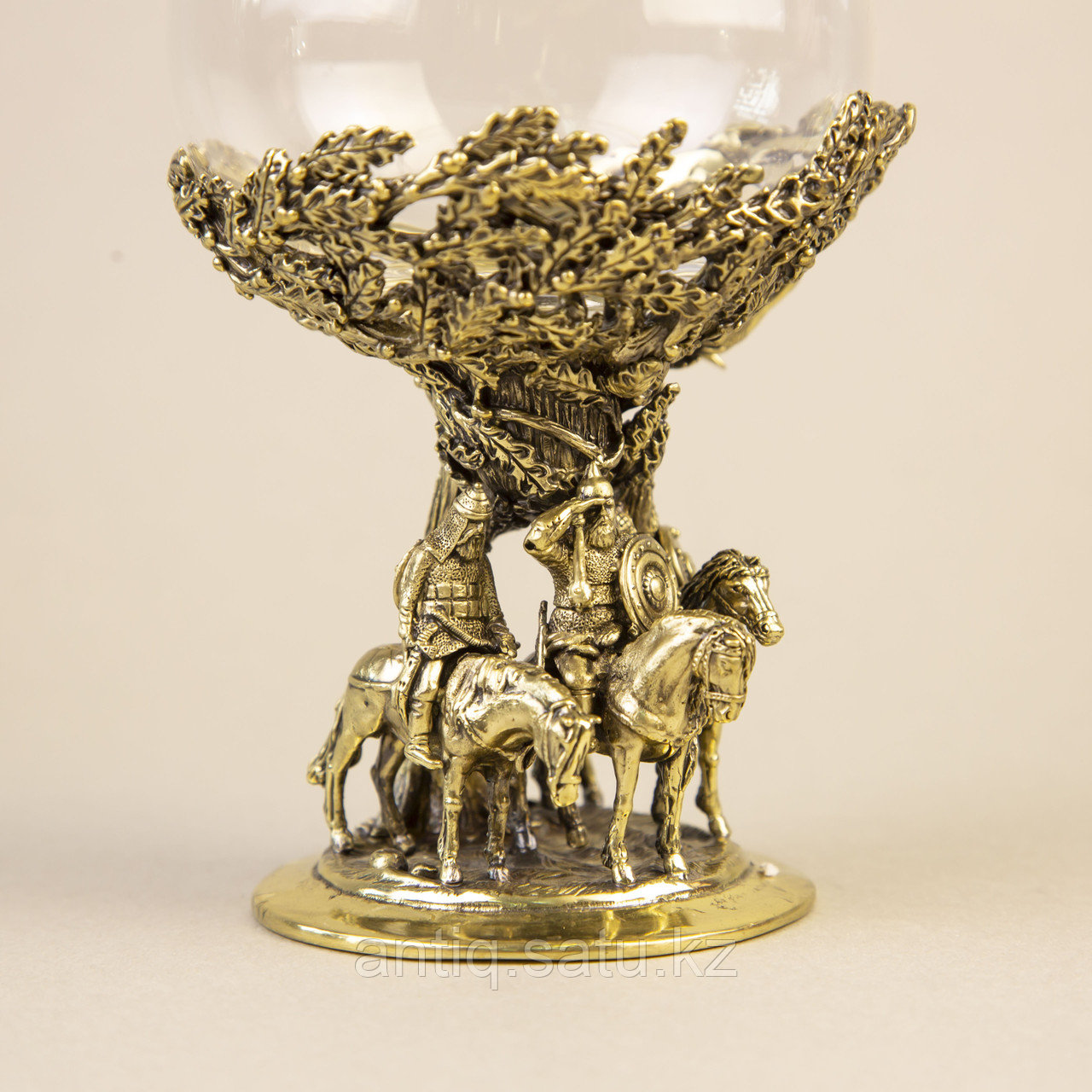 Три БОГАТЫРЯ. Подарочный кубок из массивной бронзы и стекла. - фото 2