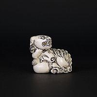 Нэцкэ Карасиси Фо Ши Дза символизирует пожелание высоких чинов и богатства.