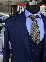 Мужской костюм-тройка приталенного кроя в синем цвете