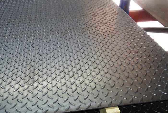 Лист стальной рифленый чечевица Ст6пс 8х600 мм