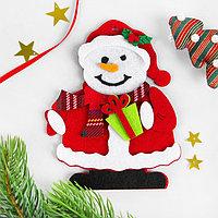 Набор для творчества - создай ёлочное украшение из фетра «Снеговик с подарком»