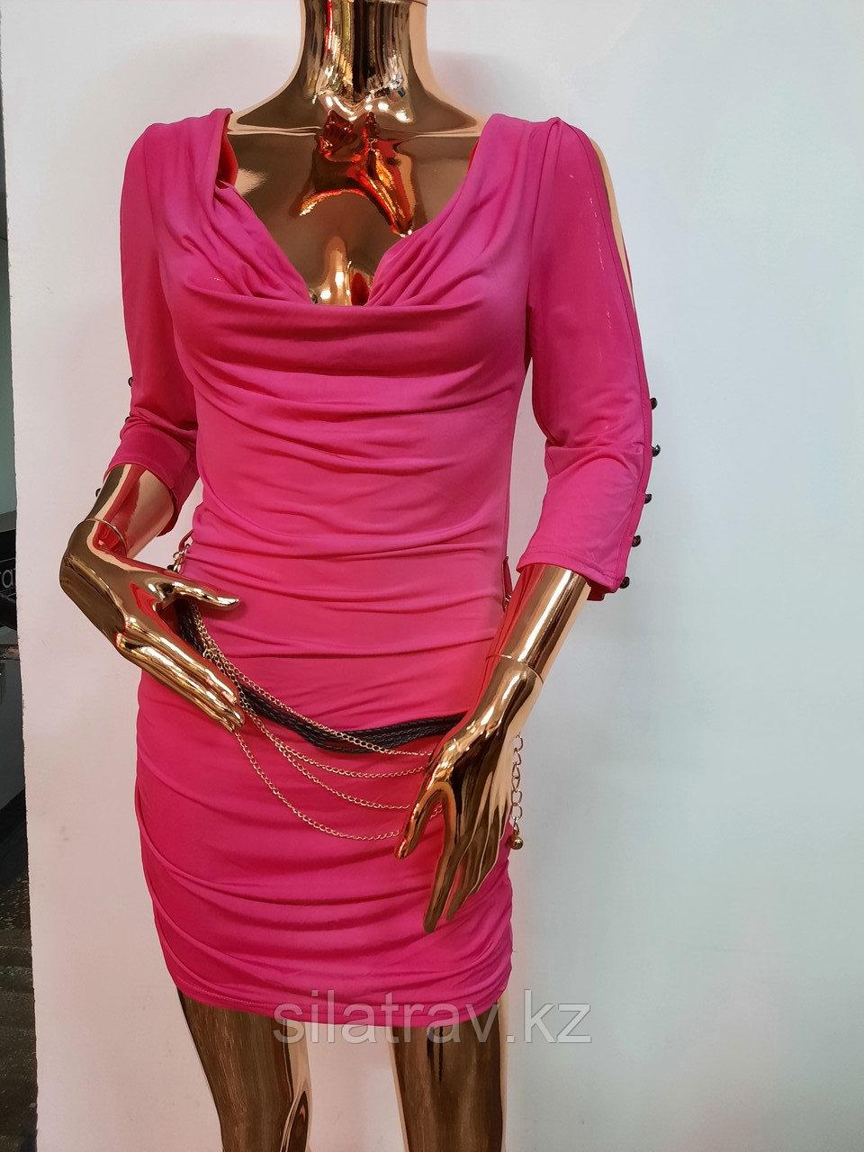 Женское розовое мини платье с пояском - фото 1