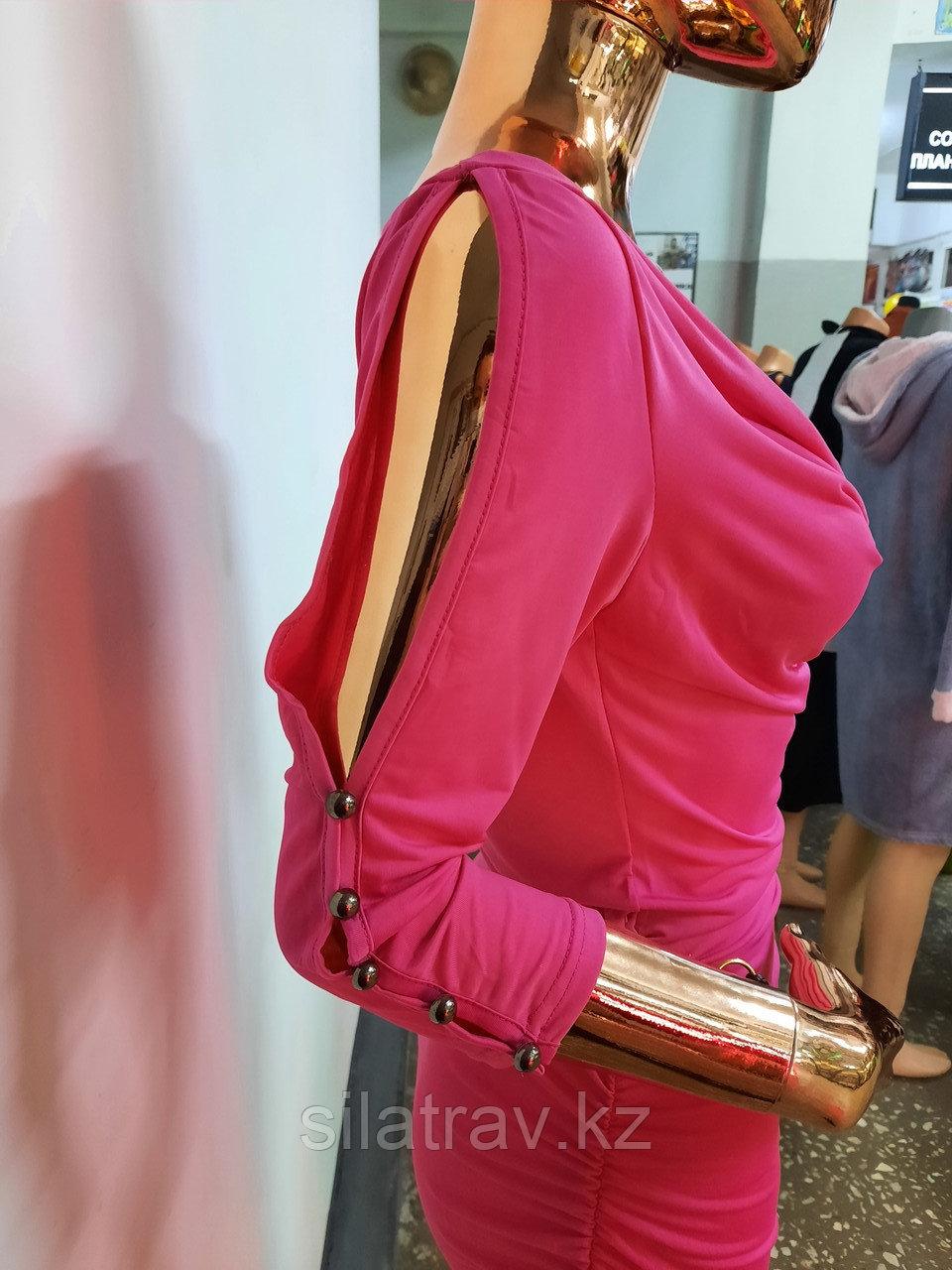 Женское розовое мини платье с пояском - фото 3